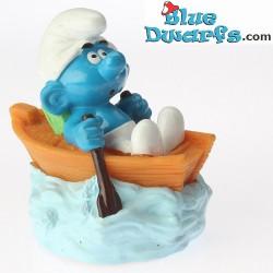 Smurf in roeiboot *Snoepdop* (BIP Holland, +/- 8cm)