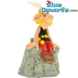Asterix and Obelix: Asterix sitting on stone moneybox (Plastoy,+/- 8x6x14cm)