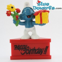 20040: Gift Smurf with present and flowers *Happy Birthday!!* (pedestal)