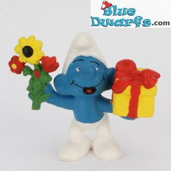 20040: Gift Smurf with present and flowers (matte paint version)